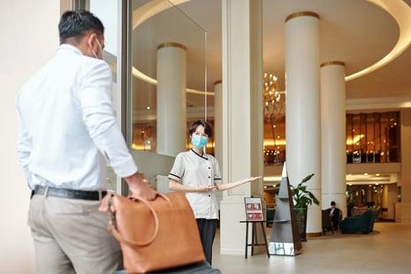 hotel-concierge-welcoming-guest-EC5U4BF
