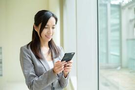 woman-use-of-cellphone-FPALB3J_3